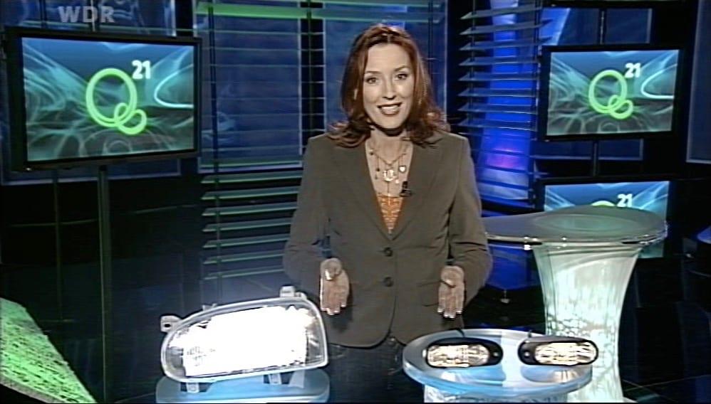 Kristina zur Mühlen |Moderation |Q21 |leuchtende Scheinwerfer liegen auf Tisch