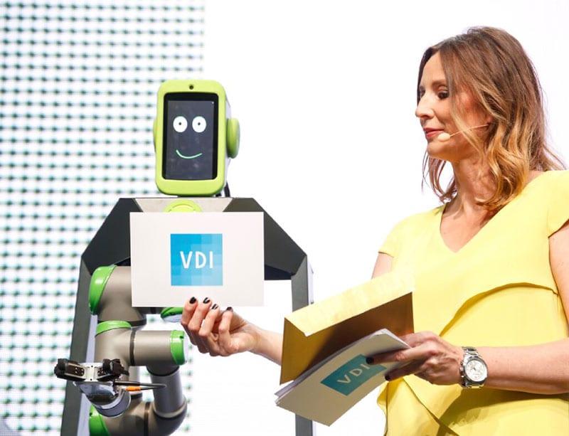 Gala-Moderatorin Kristina zur Mühlen mit Roboter Yolandi |Preisverleihung | Digitalisierung | Robotik | Innovationen