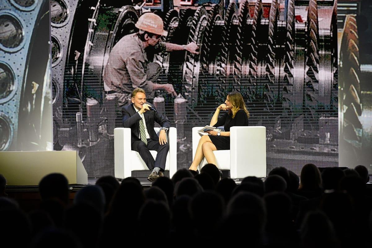 Deutscher Ingeniertag 2017 |Gala |Eventmoderatorin Kristina zur Mühlen | Talk mit Ehrengast auf Bühne im Sessel sitzend