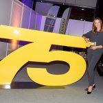 Gala-Moderatorin Kristina zur Mühlen neben der Jubiläums-Zahl 75