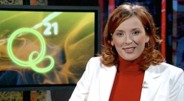 Wissenschafts-Moderatorin Kristina zur Mühlen während Moderation für das TV-Magazin Q21