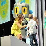 Technik-Moderatorin Kristina zur Mühlen interviewt Kinder auf Bühne | Digitalisierung | Robotik | Innovationen