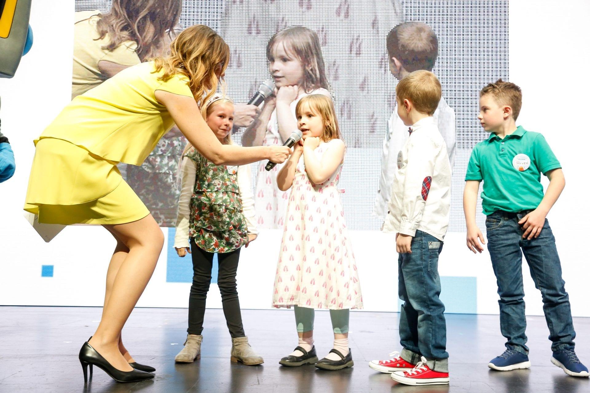 Preisverleihung beim Deutschen Ingenieurtag | Technik-Moderatorin Kristina zur Mühlen interviewt Kinder auf Bühne