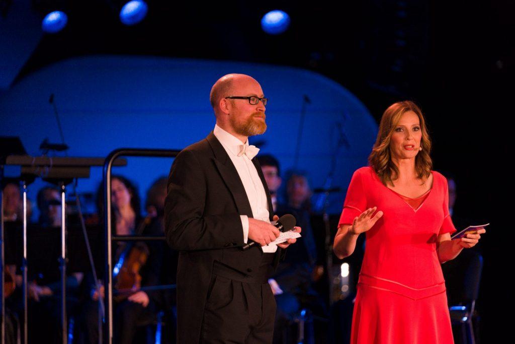 Event-Moderatorin Kristina zur Mühlen mit Dirigent und Komponist Ben Palmer