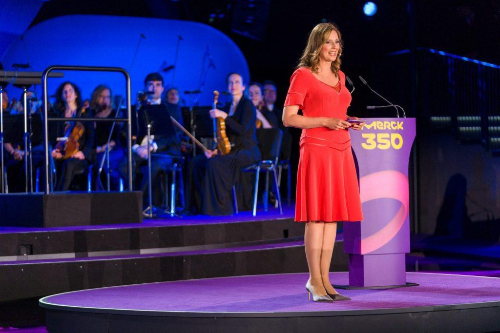 Event-Moderatorin Kristina zur Mühlen spricht zu Publikum