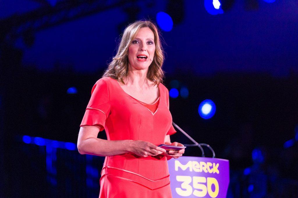 Eventmoderatorin Kristina zur Mühlen spricht zu Publikum