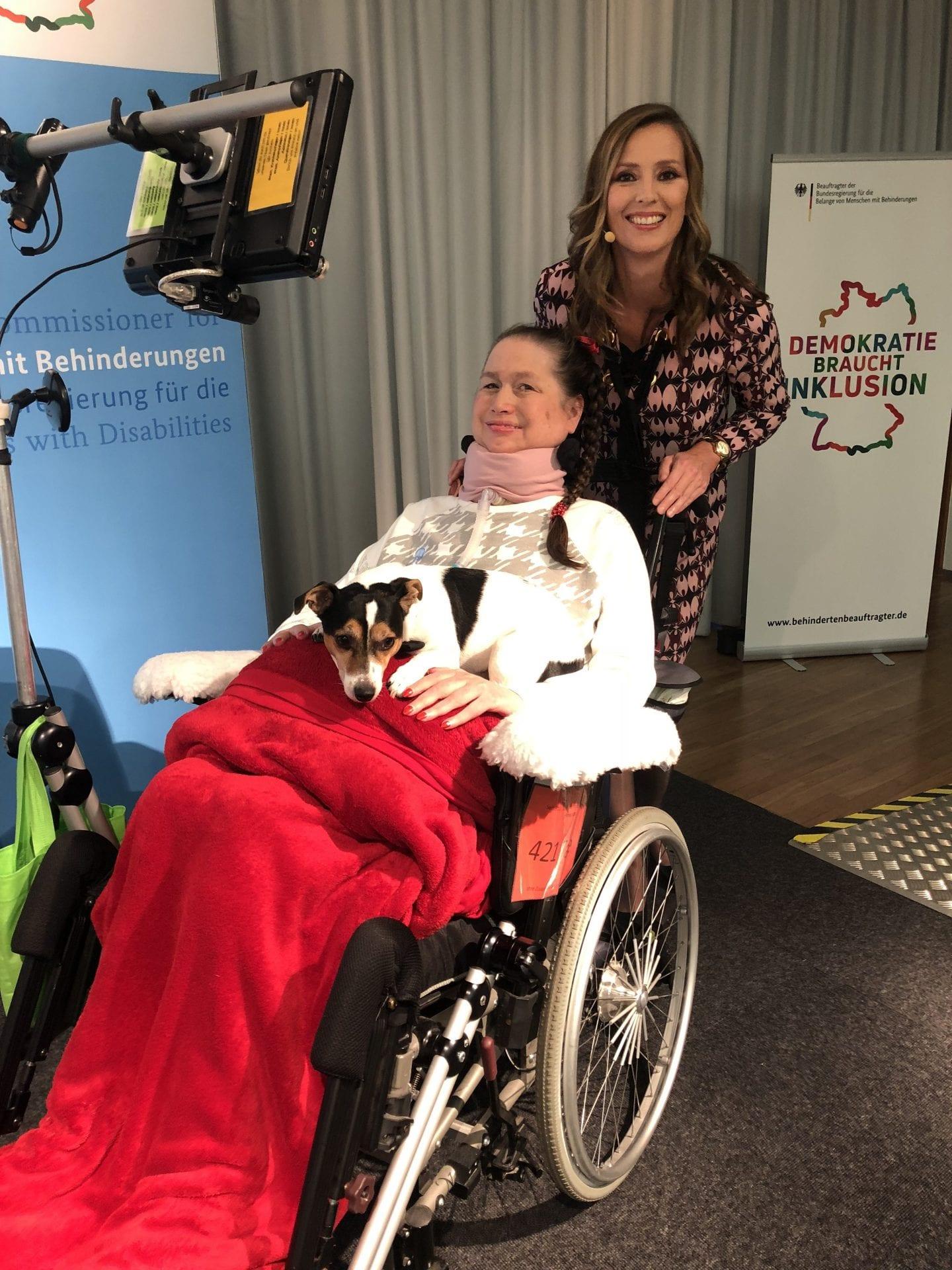 Moderatorin Kristina zur Mühlen |ALS-Patientin Angela Jansen im Rollstuhl |BrainPainting