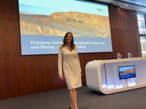 Eventmoderatorin Kristina zur Mühlen steht auf Bühne |Workshop zu nachhaltigem Rohstoffabbau