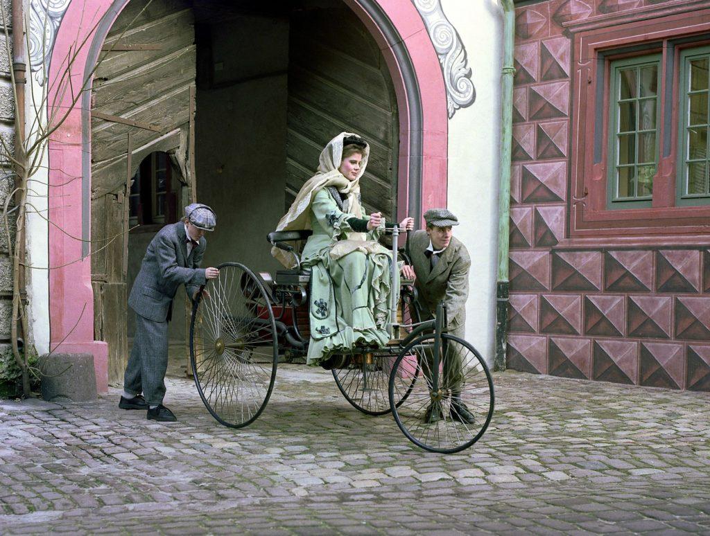 Nachgestellte Szene (Anschieben) anläßlich des hundertjährigen Jubiläums der ersten Kraftwagen-Fernfahrt