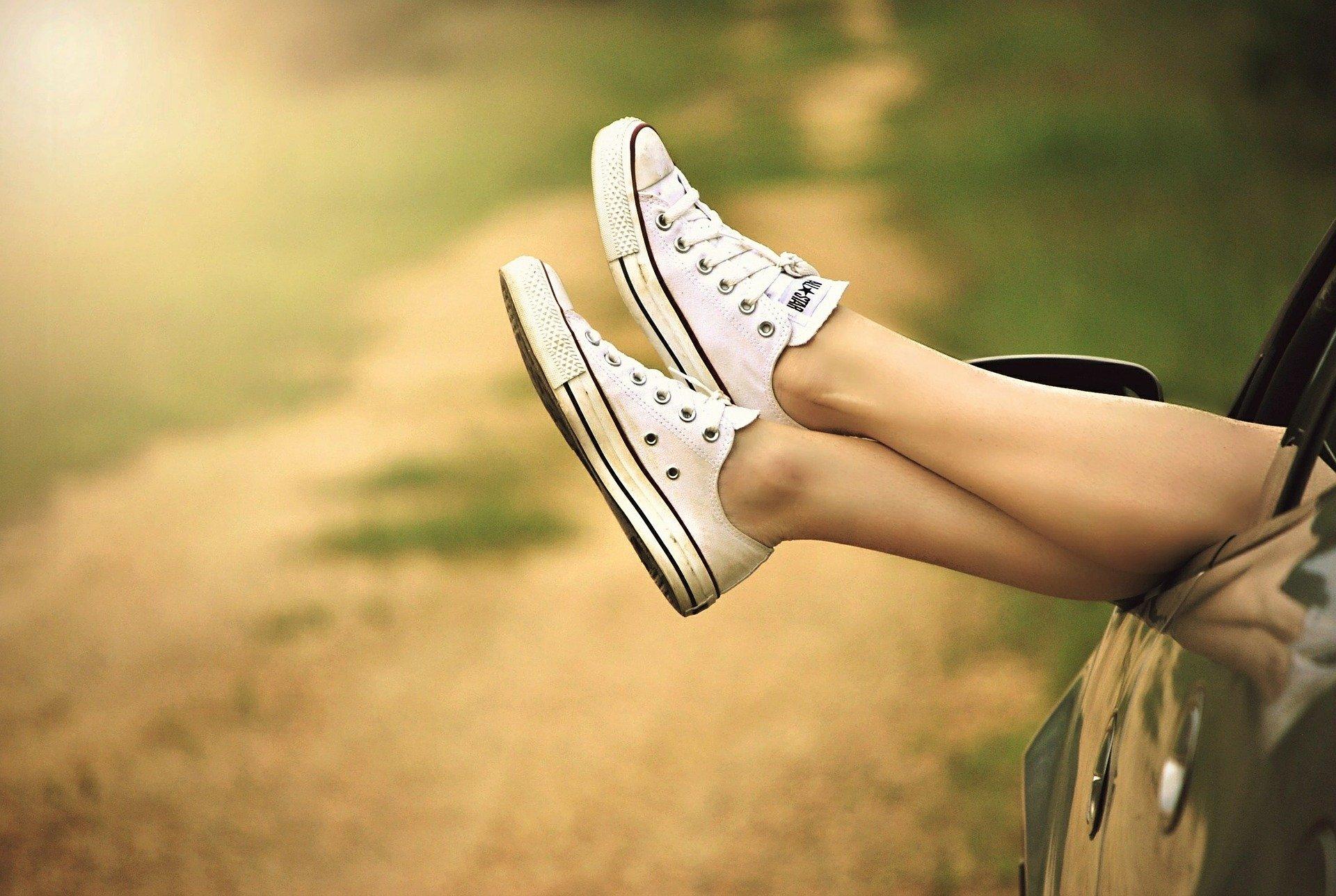 Beine hängen entspannt aus Auto