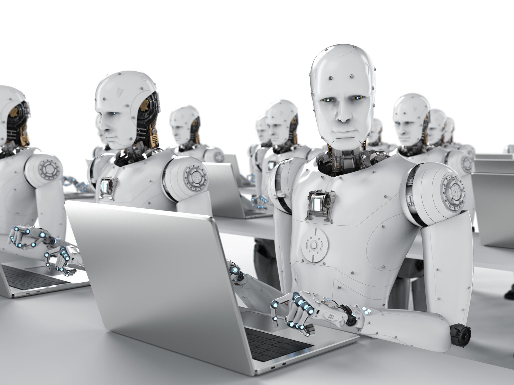 Roboter arbeiten an Laptops