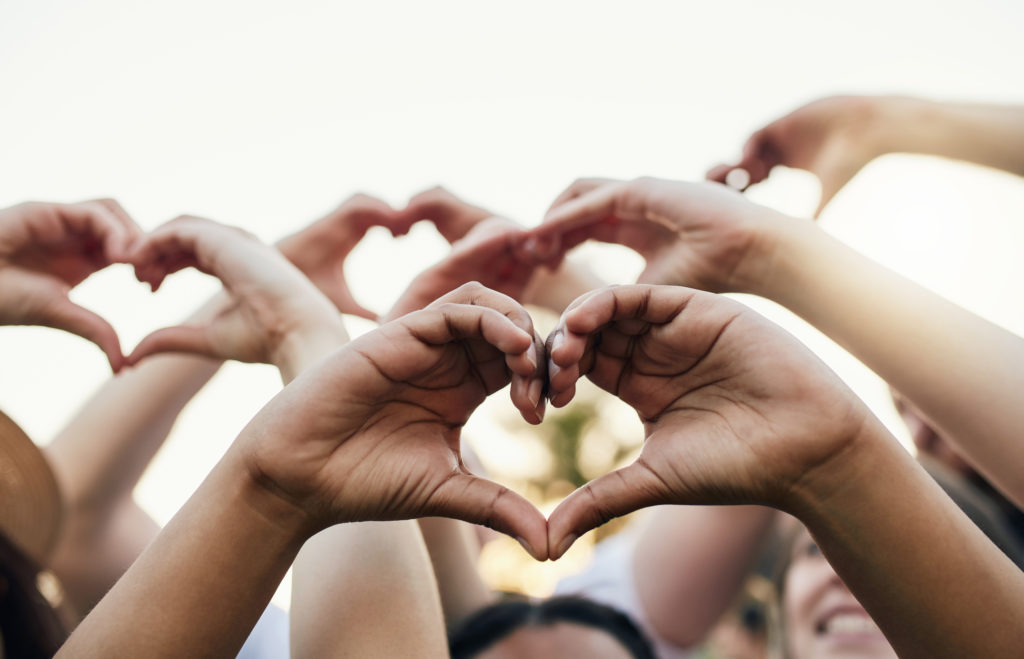 Mehrere Hände formen Herzzeichen