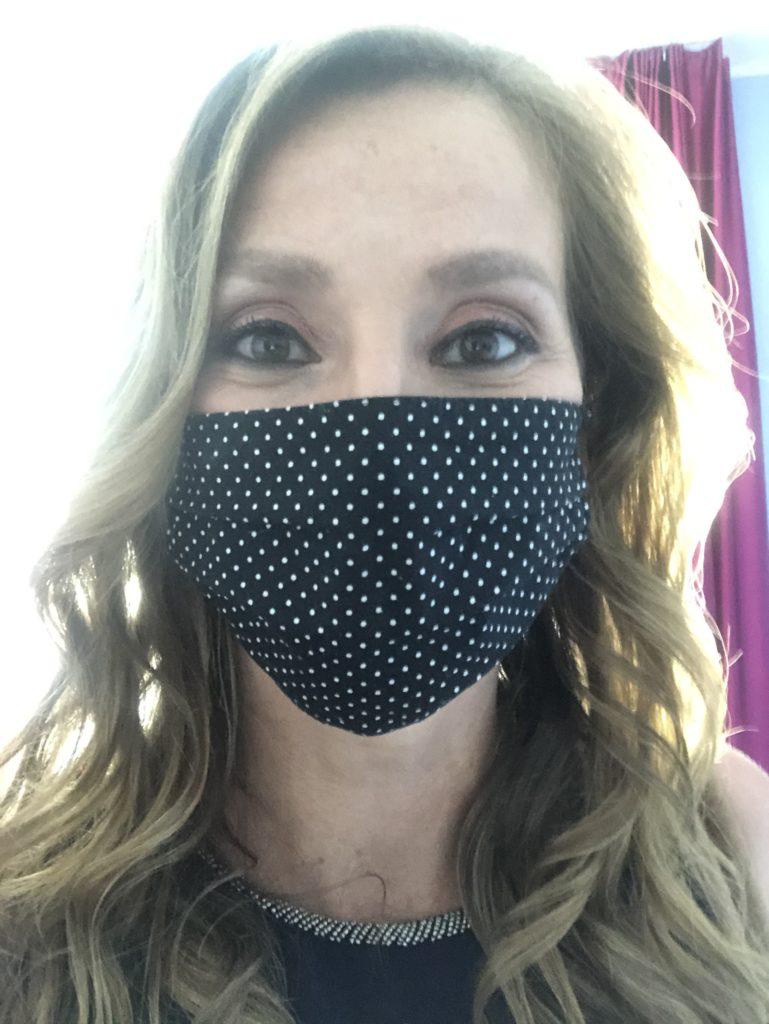 Moderatorin mit Mundschutzmaske
