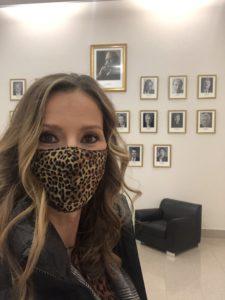 Kristina zur Mühlen mit Mund-Nase-Maske vor Fotowand der Bundeswirtschaftsminister