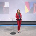 Kristina zur Mühlen im TV-Studio vor LED-Wand mit Schaltgästen