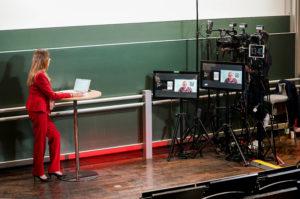 Kristina zur Mühlen im virtuellen Studio