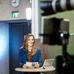 Kristina zur Mühlen während LIVE-Moderation  Halbtotale