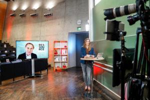 Kristina zur Mühlen während Live-Moderation |Totale