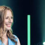 Kristina zur Mühlen lacht  halbnah auf Bühne